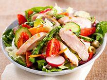 Salat und Hühnchenbrust - Quelle: (c) kivoart/iStockphoto.com